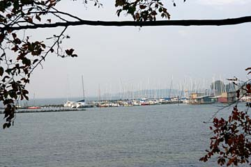 Blick vom Badehaus Goor auf den Hafen von Lauterbach, Südrügen