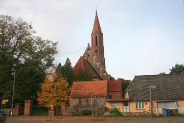 Ort Kasnevitz mit hoher Backsteinkirche, Insel Rügen