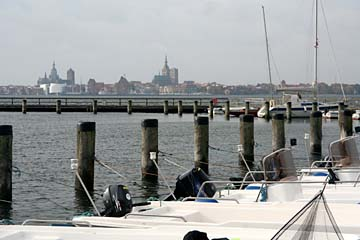 Blick auf die Silhouette von Stralsund vom Hafen von Altefähr, Insel Rügen