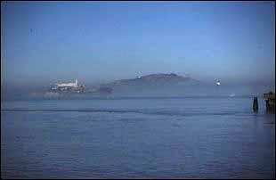 nebliger Blick auf Alcatraz, San Francisco