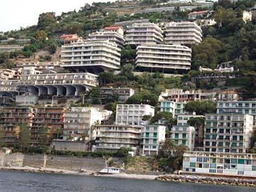 Häuser vom Bootsausflug in San Remo, Italien