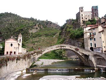 die Bogenbrücke im schönen Ortsbild von Dolceacqua, Ligurien