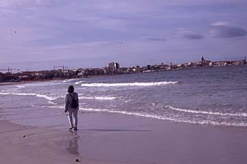 am Strand entlang unterwegs in die Altstadt von Alghero, Sardinien