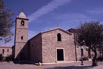 am Dorfplatz mit der Kirche in San Pantaleo auf Sardinien, Italien