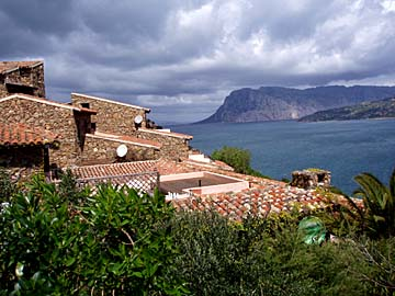 die Felslandschaften der vorgelagerten Isolo Tavolara, Sardinien
