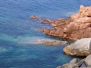 die roten Klippen von Arabatax im Südosten von Sardinien
