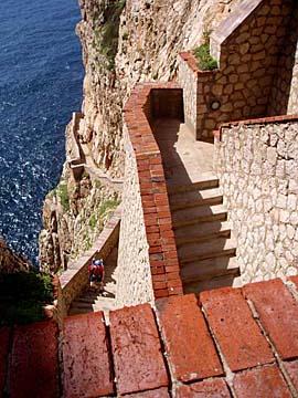 die vielen Treppen zur Grotta di Nettuno bei Alghero, Sardinien