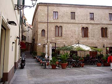 auf dem Piazza Civica in Alghero, Sardinien