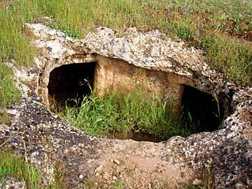 in der Nekropole von Anghelu im Norden von Sardinien