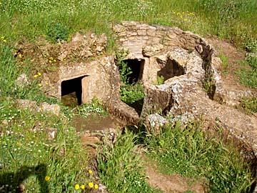 Grabkammer in der Nekropole von Anghelu auf Sardinien, Italien