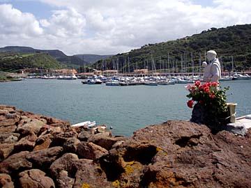 der Hafen von Castlelsardo auf Sardinien, Italien