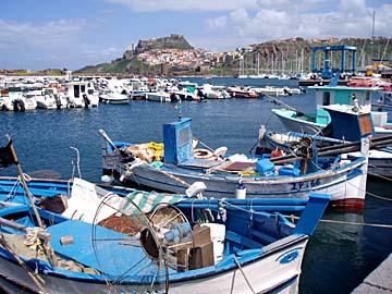der Hafen von Castelsardo mit der Burg im Hintergrund