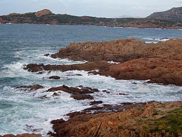 rote Porphyrklippen bei Isola Rossa auf Sardinien, Italien