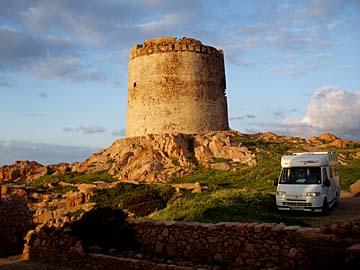 ein Wehrturm bei Isola auf Sardinien, Italien