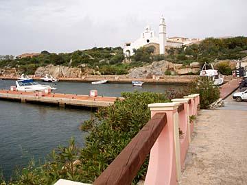 der Hafen von Golfo di Marinella auf Sardinien, Italien