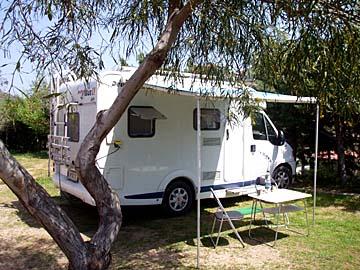 unser Wohnmobil auf einem Campingplatz bei Olbia im Norden von Sardinien, Italien