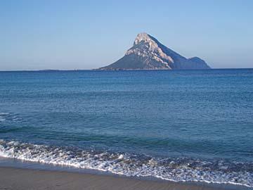die Insel Tavolara bei Olbia im Norden von Sardinien, Italien