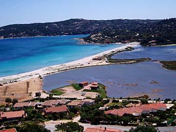 die Bucht bei Porto San Paolo im Norden von Sardinien, Italien