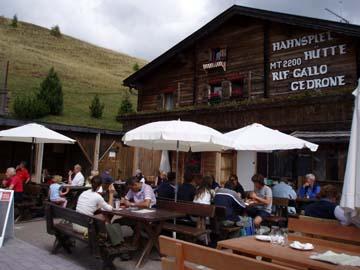 an der Hahnspielhütte bevor es mit der Helmbahn wieder ins Tal geht, Südtirol