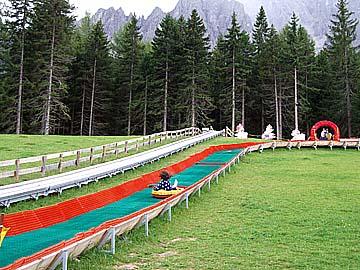 die Attraktion Sommerrodelbahn bei der Bergstation der Haunold Seilbahn