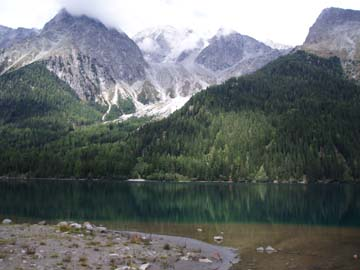 Berge auf dem Rundwanderweg um den Autholzer See, Südtirol