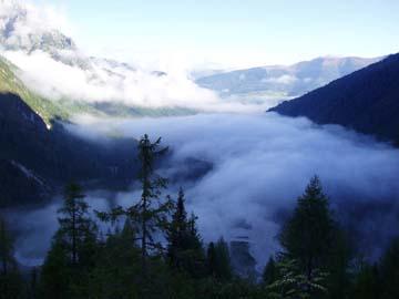 unser Aufstieg zur Zygmondi Hütte durch den Nebel