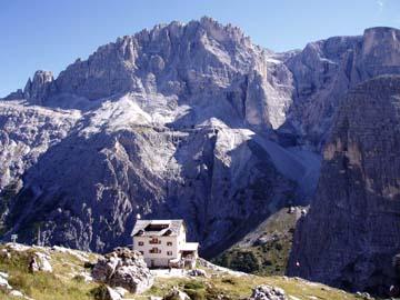 die Zygmondi Hütte mit dem Elfer Massiv in den Sextner Dolomiten, Südtirol