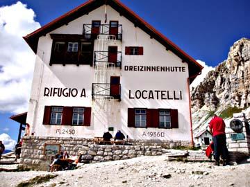die Dreizinnenhütte an den Drei Zinnen in den Sextner Dolomiten