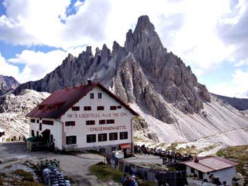 die Dreizinnenhütte mit dem Paternkofel, Südtirol