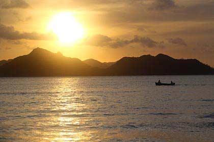 Ein wunderschöner Sonnenuntergang auf La Digue