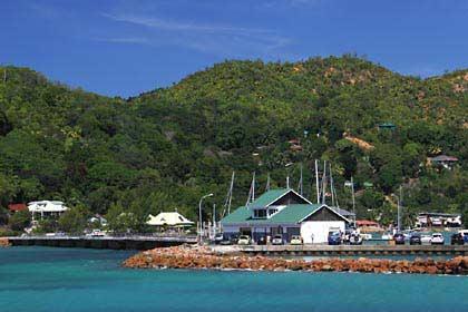 Der Bootsanlegesteg auf der Seychellen Insel Praslin