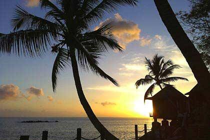 Ein Sonnenuntergang vor dem Spa-Pavillon des Hilton auf Mahé