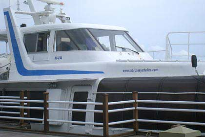 Eine private Yacht fährt Besucher nach Silhouette