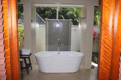Unser Bungalow besitzt eine Badewanne sowie einen Inenen- und Außendusche