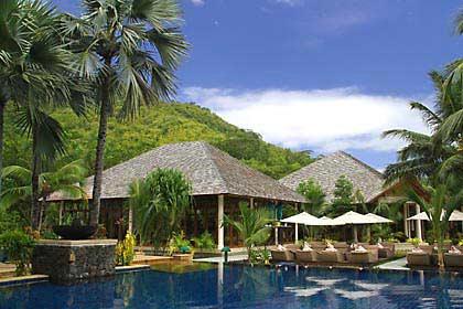 Pavillons um den großen Pool des labriz Hotels auf den Seychellen
