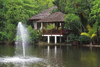 Der See auf der Anlage des Labriz Hotels auf Silhouette