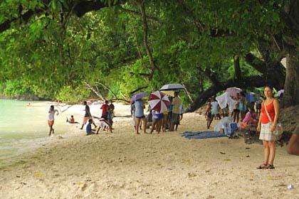 Ein kleiner Sommerregen am Strand auf Mahé