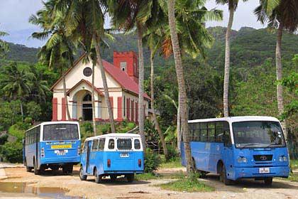 Die Busse vor der Kirche von Grand Anse auf Mahé