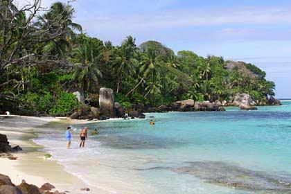 Der kleine tropische Strand von Anse Royale im Osten von Mahé