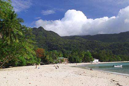 Der angesagte Strand Beau Vallon im Nordwesten von Mahé
