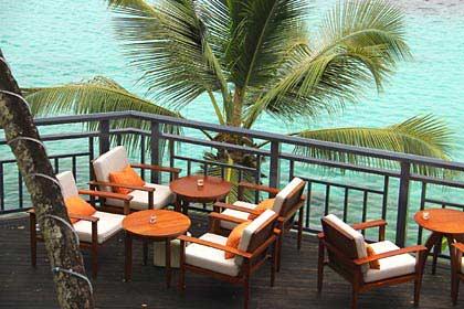 Die über das Meer gebaute Terrasse der Bar des Hilton Northolme Seychelles