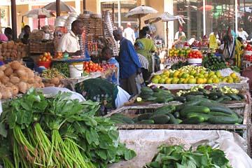 Das Angebot auf dem einheimischen Markt in Arusha