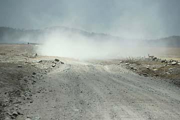Die staubige Piste zur Central Serengeti