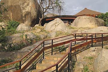 Die Serena Wildlife Lodge ist in die Natur der Serengeti integriert