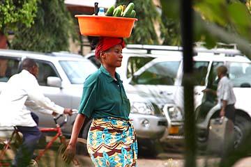 Frauen tragen in Tansania vieles auf dem Kopf