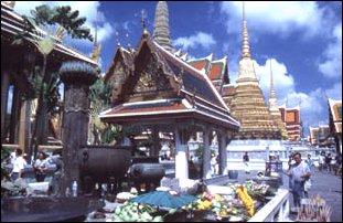 eine Opferstätte innerhalb des Königspalasts in Bangkok, Thailand