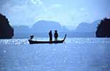 Thailändische Fischer in der Phang Nha Bucht bei Phuket