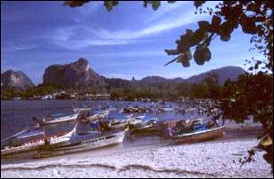 Bootes am Strand bei Ao Nang