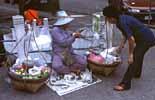 Eine Verkäuferin in der Thai Hauptstadt Bangkok
