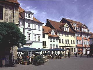 historische Häuser neben der Krämerbrücke in Erfurt, Thüringen